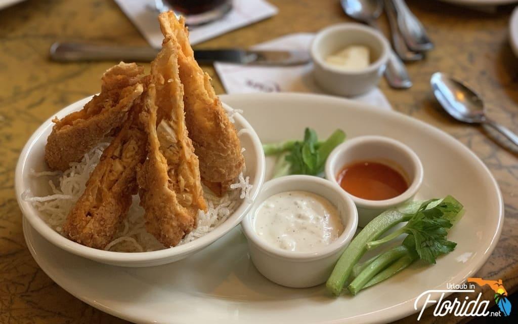 Buffalo Chicken Rolls mit 2 Dips auf einem Teller im Grand Lux Cafe