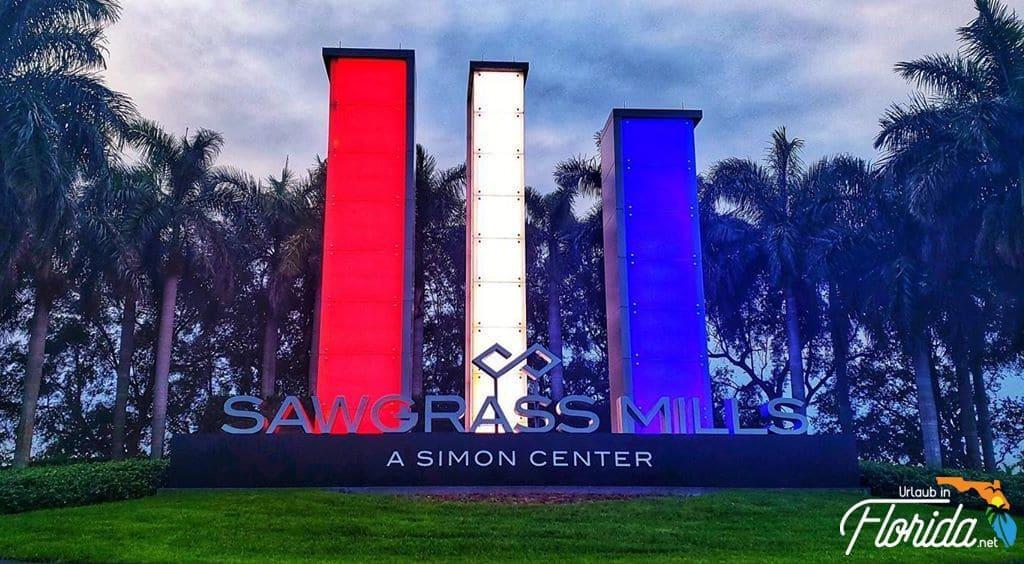 Eingangsbereich der Sawgrass Mills am National Feiertag in den Farben rot weiss blau beleuchtet