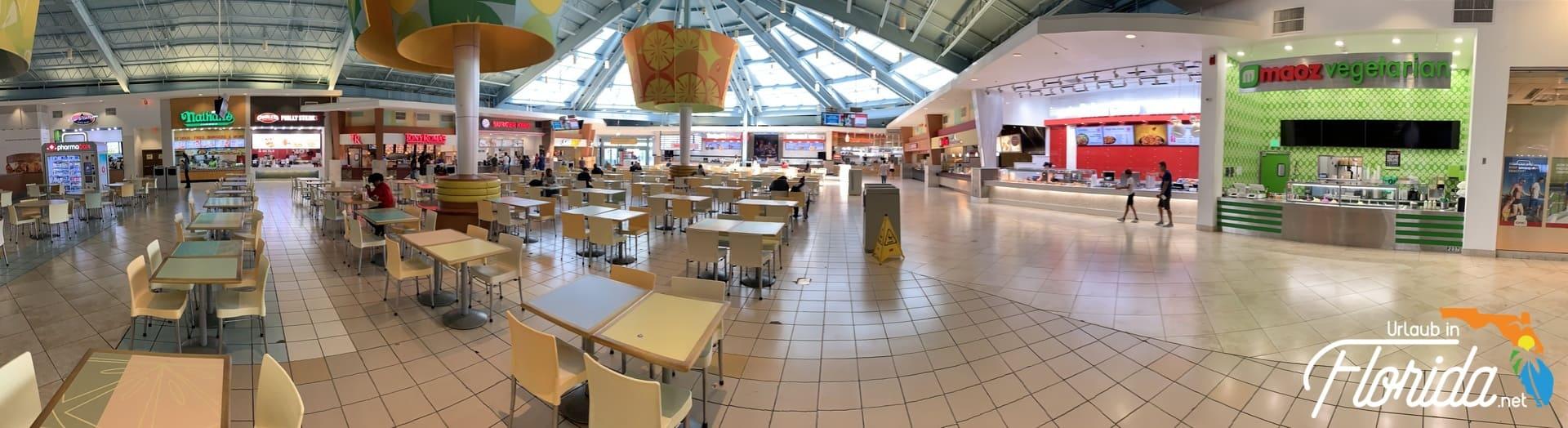Food Court der Sawgrass Mills mit Restaurants und Sitzmöglichkeiten